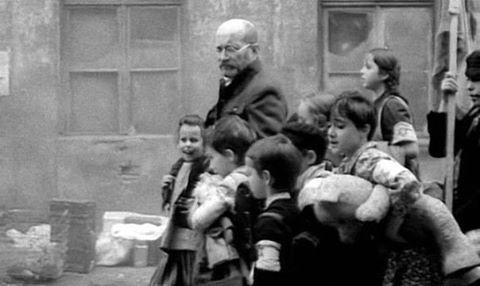 польський педагог Януш Корчак з дітьми